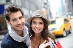 Portret van vrolijk paar die in New York winkelen stock foto's