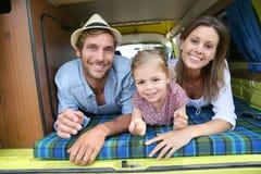 Portret van vrolijke familie in de het kamperen bestelwagen stock fotografie