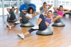 Portret van vrolijke geschiktheidsklasse die pilates oefening doen Stock Foto