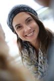 Portret van vrolijke student met vrienden stock foto's