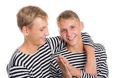 Portret van vrolijke twee tweelingbroers Stock Foto