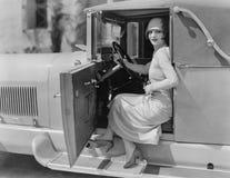 Portret van vrouw in auto (Alle afgeschilderde personen leven niet langer en geen landgoed bestaat Leveranciersgaranties dat er z royalty-vrije stock fotografie
