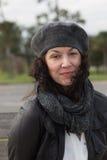 Portret van vrouw bij park op een winderige dag royalty-vrije stock afbeeldingen