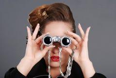 Portret van vrouw die buitensporige verrekijkers met behulp van Royalty-vrije Stock Foto's