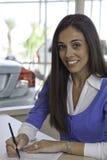 Portret van vrouw die documenten ondertekenen stock afbeeldingen