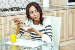 Portret van vrouw die graangewassen eet stock fotografie