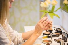 Portret van vrouw die make-up doen Stock Foto's