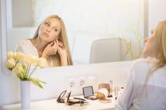 Portret van vrouw die make-up doen Stock Foto