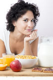 Portret van vrouw die ontbijt hebben bij ochtend op bed op witte bedelaars Stock Foto