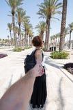 Portret van vrouw door een man in Jeruzalem met de hand wordt gehouden dat stock afbeeldingen