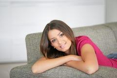Portret van vrouw in een bank Stock Fotografie