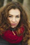 Portret van vrouw in een scharlaken sjaal Stock Afbeelding