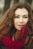 Portret van vrouw in een scharlaken sjaal Stock Foto