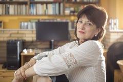Portret van vrouw in haar studio, half lichaamsschot royalty-vrije stock foto