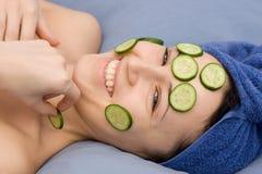 Portret van vrouw in handdoek en masker van komkommer Royalty-vrije Stock Afbeelding