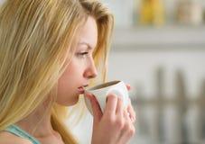 Portret van vrouw het drinken koffie in de ochtend Royalty-vrije Stock Foto's
