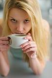 Portret van vrouw het drinken koffie in de ochtend Stock Fotografie
