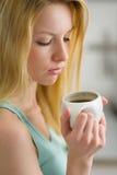 Portret van vrouw het drinken koffie in de ochtend Stock Afbeeldingen