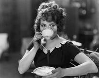 Portret van vrouw het drinken van theekopje (Alle afgeschilderde personen leven niet langer en geen landgoed bestaat Leveranciers royalty-vrije stock afbeeldingen