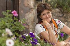 Portret van vrouw het glimlachen, in de voorgrond wat uit nadruk F stock afbeelding