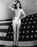 Portret van vrouw het groeten met Amerikaanse vlag (Alle afgeschilderde personen leven niet langer en geen landgoed bestaat Lever Royalty-vrije Stock Fotografie