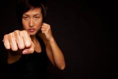 Portret van vrouw het praktizeren zelf - defensie Stock Afbeeldingen
