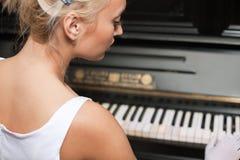 Portret van vrouw het spelen op de retro stijlpiano Stock Afbeeldingen