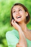 Portret van vrouw het spreken op telefoon Royalty-vrije Stock Foto