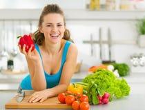 Portret van vrouw klaar om plantaardige salade te maken Royalty-vrije Stock Afbeelding