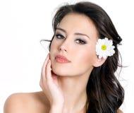 Portret van vrouw met bloem in haar Royalty-vrije Stock Afbeelding
