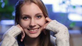 Portret van vrouw met gezonde toothy glimlach stock footage