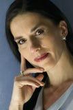 Portret van vrouw met hand op haar gezicht stock afbeelding