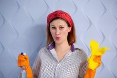 Portret van vrouw met het schoonmaken van levering op blauwe achtergrond stock foto