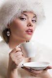 Portret van vrouw met kop van koffie royalty-vrije stock foto's