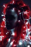 Portret van vrouw met rode haar en slinger stock afbeelding