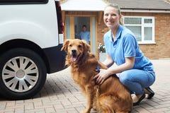 Portret van Vrouw met Van Running Dog Walking Service royalty-vrije stock afbeeldingen