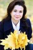 Portret van vrouw op de herfstachtergrond Royalty-vrije Stock Foto's