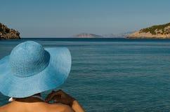 Portret van vrouw op Mediterraan strand Stock Afbeelding
