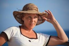 Portret van vrouw op middelbare leeftijd in hoed openlucht royalty-vrije stock afbeelding