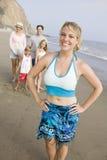 Portret van vrouw op strand met familie royalty-vrije stock fotografie