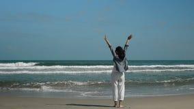 Portret van vrouw op tropisch strand