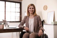Portret van vrouw in rolstoel royalty-vrije stock foto