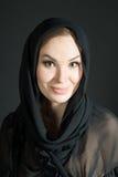 Portret van vrouw in sjaal op zwarte achtergrond Glimlach Royalty-vrije Stock Fotografie