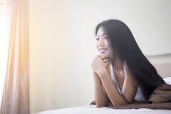 Portret van vrouw in slaapkamer Royalty-vrije Stock Foto's