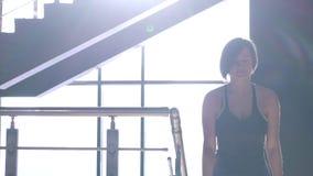 Portret van vrouw in sportieve eenvormig die treden in de bouw beklimt stock video