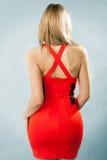 Portret van vrouw terug met modieuze rode kleding Stock Afbeelding