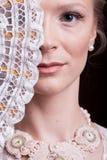 Portret van vrouw in uitstekende victorian kleding met een oosterse ventilator stock afbeeldingen