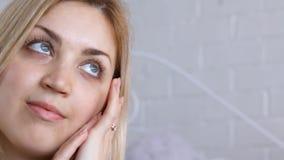 Portret van vrouw wat betreft haar gezicht stock video