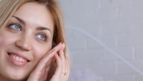 Portret van vrouw wat betreft haar gezicht stock footage