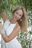 Portret van vrouw in witte kleding Royalty-vrije Stock Afbeelding